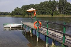 在城市湖有被淹没的人民抢救岗位  库存照片