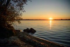在城市湖的美好的日落 免版税库存照片