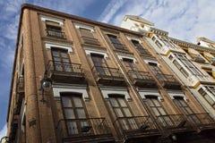 在城市的一个历史的部分的格拉纳达街道 免版税图库摄影