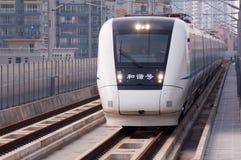 在城市的中国高速火车 库存图片