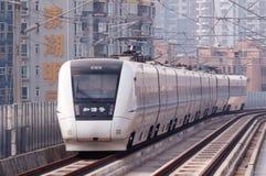 在城市的中国高速火车 库存照片