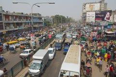 在城市的中央部分的交通堵塞在达卡,孟加拉国 库存照片