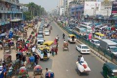 在城市的中央部分的繁忙的交通在达卡,孟加拉国 免版税图库摄影