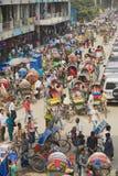 在城市的中央部分的繁忙的交通在达卡,孟加拉国 库存照片
