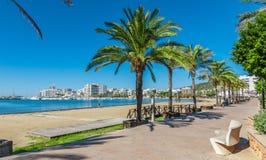 在城市的中间早晨太阳 在伊维萨岛温暖沿海滩, St安东尼de Portmany巴利阿里群岛,西班牙的晴天 库存照片