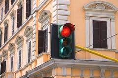 在城市的交叉路的红绿灯是被点燃的红色 库存照片