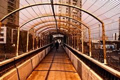 在城市的地铁的人行桥黄昏的 免版税图库摄影