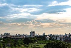 在城市的多云天空 库存照片