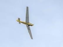 在城市的天空的特技motorplane (sailplane)飞行员训练 ICA IS-28, aeroshow 库存图片