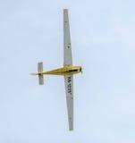 在城市的天空的特技motorplane (sailplane)飞行员训练 ICA IS-28, aeroshow 免版税库存图片
