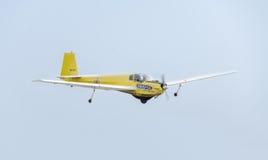 在城市的天空的特技motorplane (sailplane)飞行员训练 ICA IS-28, aeroshow 免版税库存照片