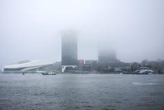 在城市的小船在中央驻地附近码头开水道在有雾的天 免版税库存图片
