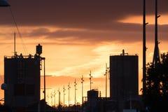 在城市的巨大日落在奥克兰,新西兰 免版税库存图片