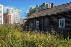 在城市的新和老区的之间边界 免版税库存图片