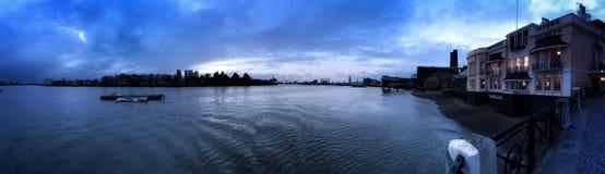 在城市的泰晤士全景 免版税库存照片