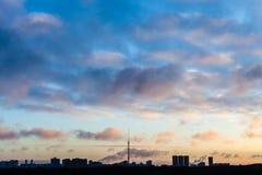在城市的深蓝天空冷的冬天日出的 免版税图库摄影