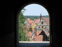 在城市的看法通过窗口 免版税库存照片