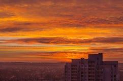 在城市的红色日落 免版税库存照片