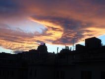 在城市的美好的日落 免版税库存照片