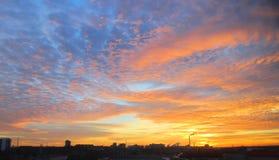 在城市的美好的日落 免版税库存图片