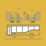 在城市的背景的公共汽车 免版税库存照片