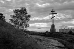 在城市的背景的十字架 免版税库存图片