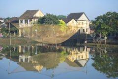 在城市的背景的捕鱼网在星期四好的妙语河散步 hoi越南 免版税库存照片