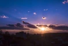 在城市的自然日落日出 颜色温暖 免版税库存照片