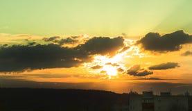 在城市的自然日落日出 颜色温暖 免版税库存图片