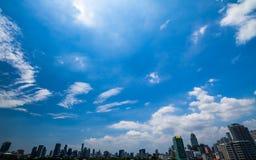 在城市的蓝天 免版税库存照片
