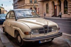 在城市的街道上的一辆老汽车 库存照片