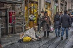 在城市的街道上的叫化子 免版税库存照片