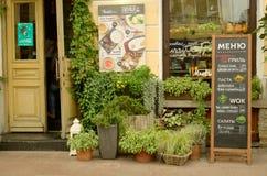 在城市的街道上的咖啡馆 免版税库存图片
