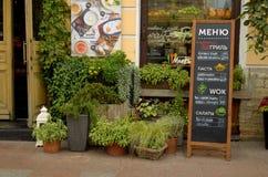 在城市的街道上的咖啡馆 免版税图库摄影