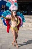 在城市的街道上的女孩跳舞 免版税库存图片