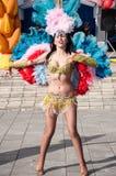 在城市的街道上的女孩跳舞 免版税图库摄影