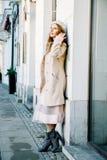 在城市的街道上的好法国女人 女孩在城市附近走 免版税库存图片