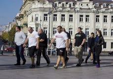 在城市的运动员步行 库存图片