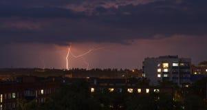 在城市的闪电风暴 免版税库存照片