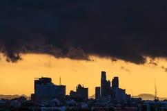 在城市的雨云 免版税库存照片