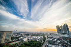 在城市的鸟景色太阳上升的在苏拉巴亚,印度尼西亚 库存图片