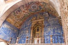 在城市的Azulejo给Óbidos装门 免版税图库摄影