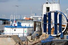 在城市码头的河电车 库存图片