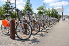 在城市租用一辆自行车 免版税库存照片