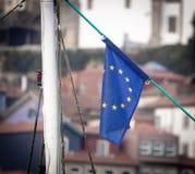 在城市背景的欧盟旗子 免版税库存图片