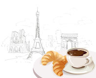 在城市背景的法国早餐 免版税库存照片