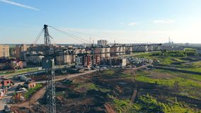 在城市背景的Construaction起重机 实际概念的庄园 影视素材
