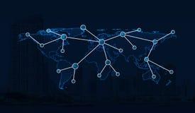 在城市背景,全球性netwo的浅兰的世界地图连接 免版税图库摄影