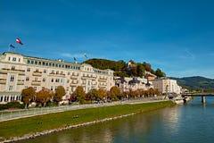 在城市萨尔茨堡在夏天早晨,萨尔茨堡,奥地利的全景 免版税库存照片