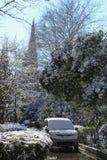 在城市街道、房子和汽车的大雪 免版税图库摄影